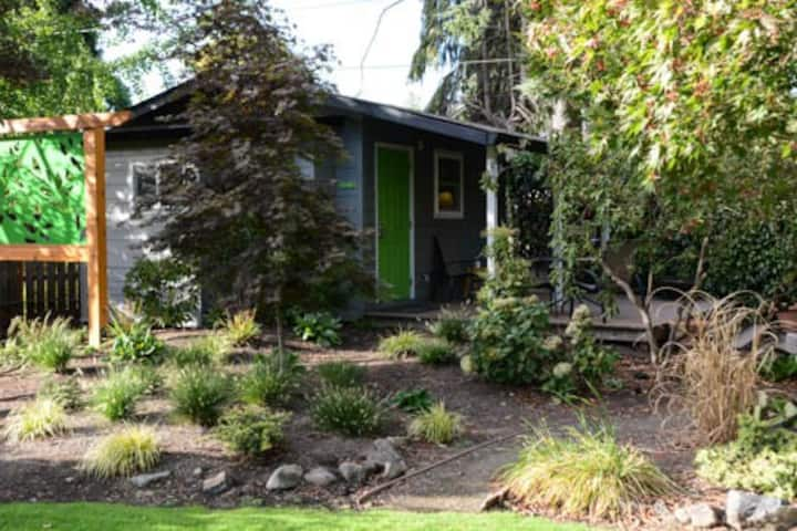 Bungalow by Oakway Ctr -Walk to Football & Track!