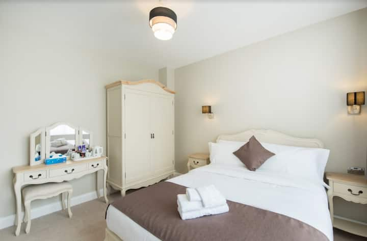 SELF-CONTAINED Cosy Guest-Room, Docklands Area 304