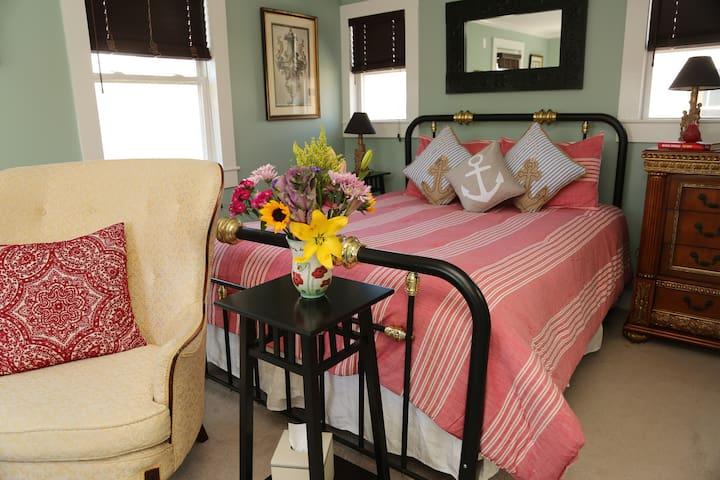 Bright, tasteful 1 BDRM suite with LR Newport
