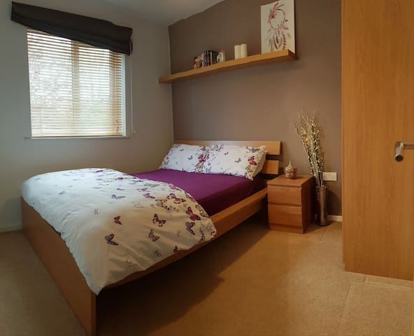 Comfy bedroom & private bathroom near town center