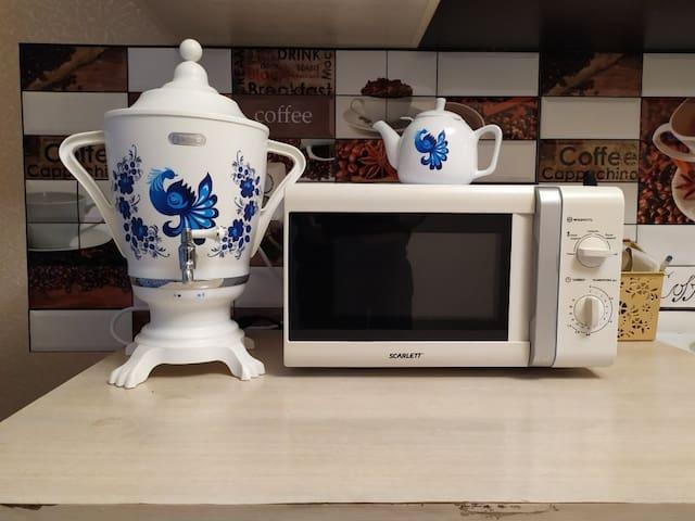 """Кухня.  Микроволновка.  Самовар -термопот """" Гжель"""" и заварочный чайник"""