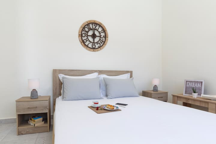 This is the Main Bedroom with Double Size bed ,comfortable pillows and Fully Bright!+ 32' smart tv sat NETFLIX