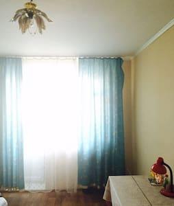 Солнечная комната с отдельным входом и балконом - Sankt-Peterburg - Teljesen felszerelt lakás