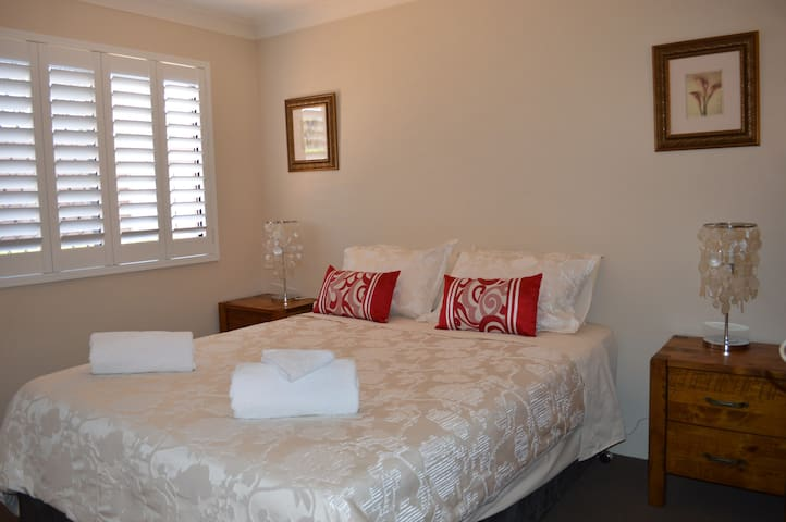 Boutique Queen Apartment in small complex - South Toowoomba - Huoneisto