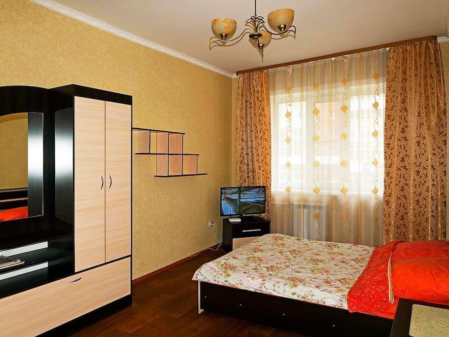 двуспальная кровать в спальне с ортопедическим матрасом. ЖК телевизор и кабельное ТВ 100 каналов