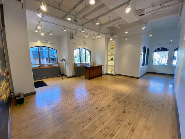 Private Event/VIP/ Meeting/ Office/Party Space!