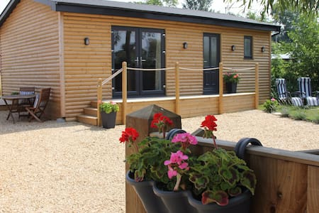 Greenways Log Cabin with private hot tub
