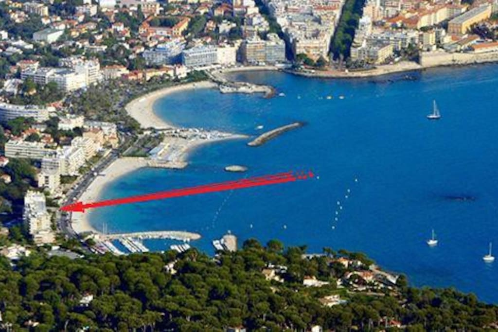 The building is located between the old town and the Cap d'Antibes on the Antibes Bay / Immeuble situé dans la baie d'Antibes.