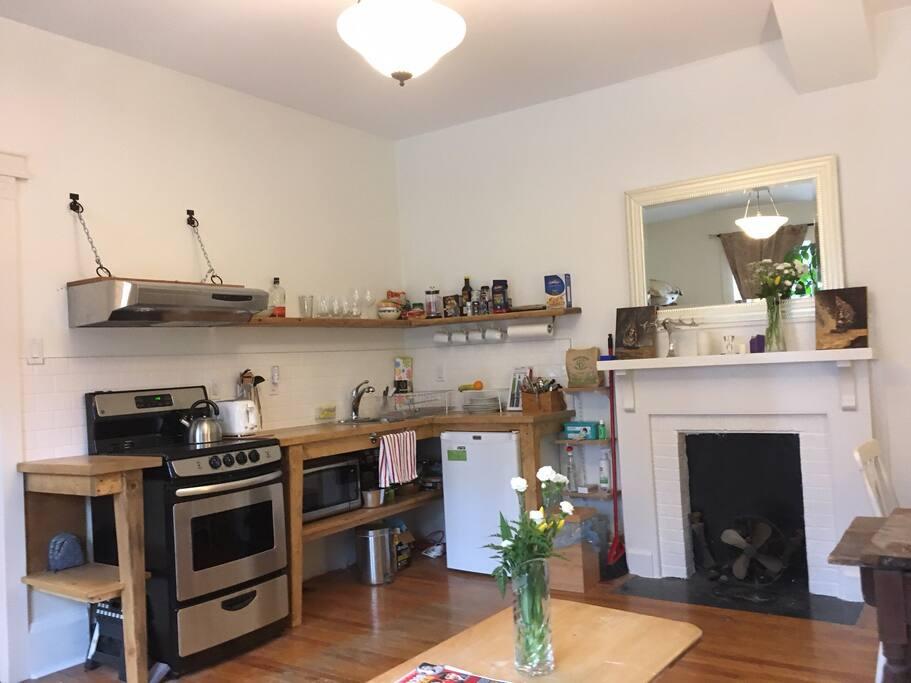 New range, toaster, microwave, mini fridge, utensils. Coffee, tea, milk, cream, soup provided - snacks as well!