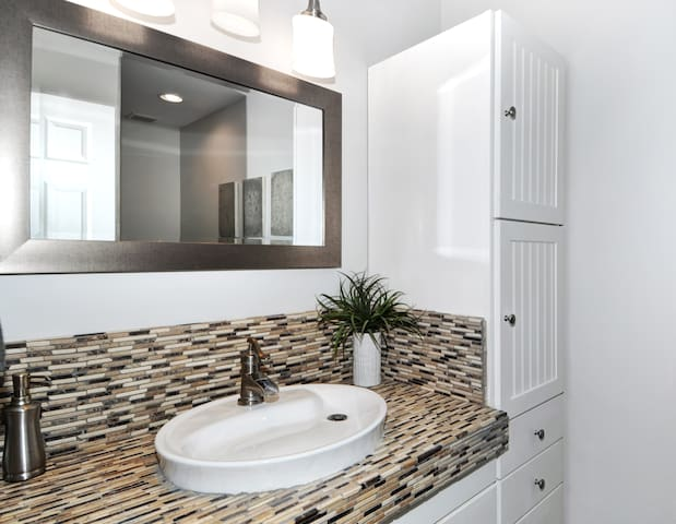 Cozy upgraded walking distance to all shoppings - Costa Mesa - Appartement