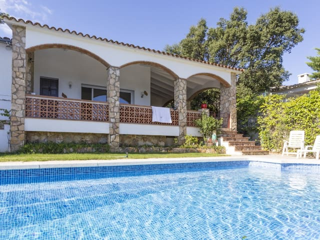 Pals, detached house with view to the sea and private pool