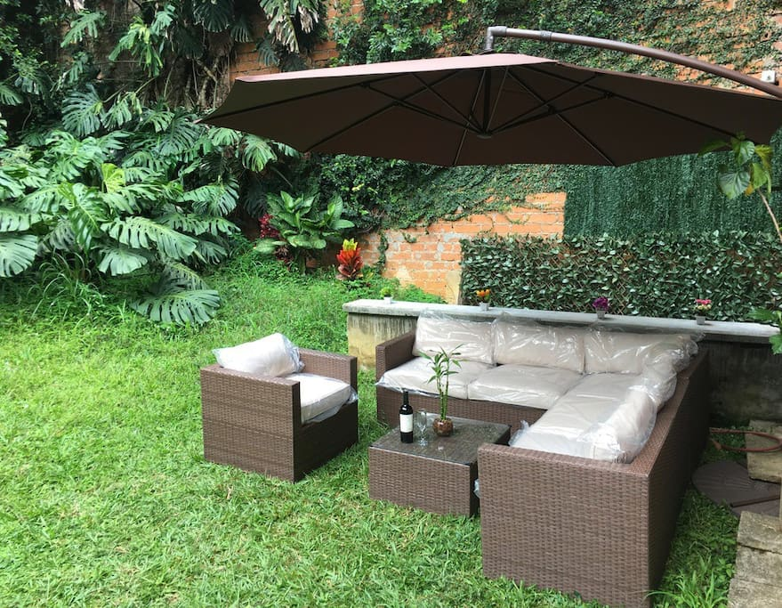Private and quiet 90 m2 botanic garden with lounge sofa