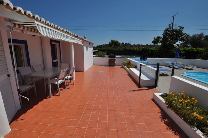 Pequena casa,3 quartos,6 pessoas,piscina privativa