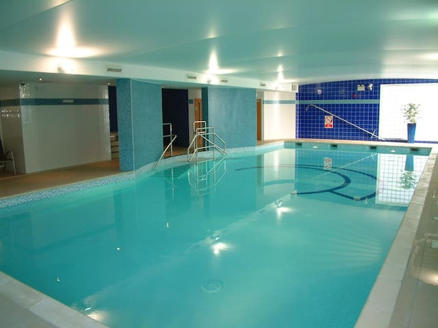 Stay Central - Pool, Gym, Parking, Balcony, Lush!
