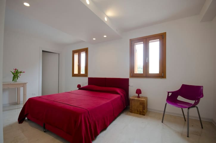 Anchise 38 Stanza Rossa - Pizzolungo - Bed & Breakfast