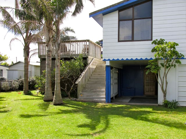 Matapouri Beach House with WiFi
