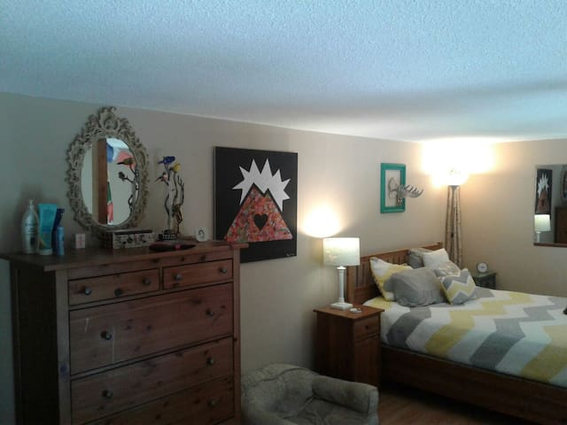Shabby-Chic Loft Condo Steps to Bethel Inn!