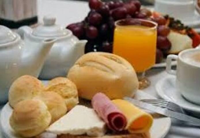 QUARTO PARA 3. Ótima localização e café da manhã!