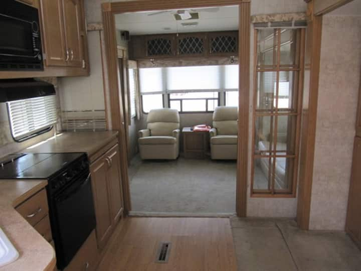 Private LARGE 1 Bedroom RV