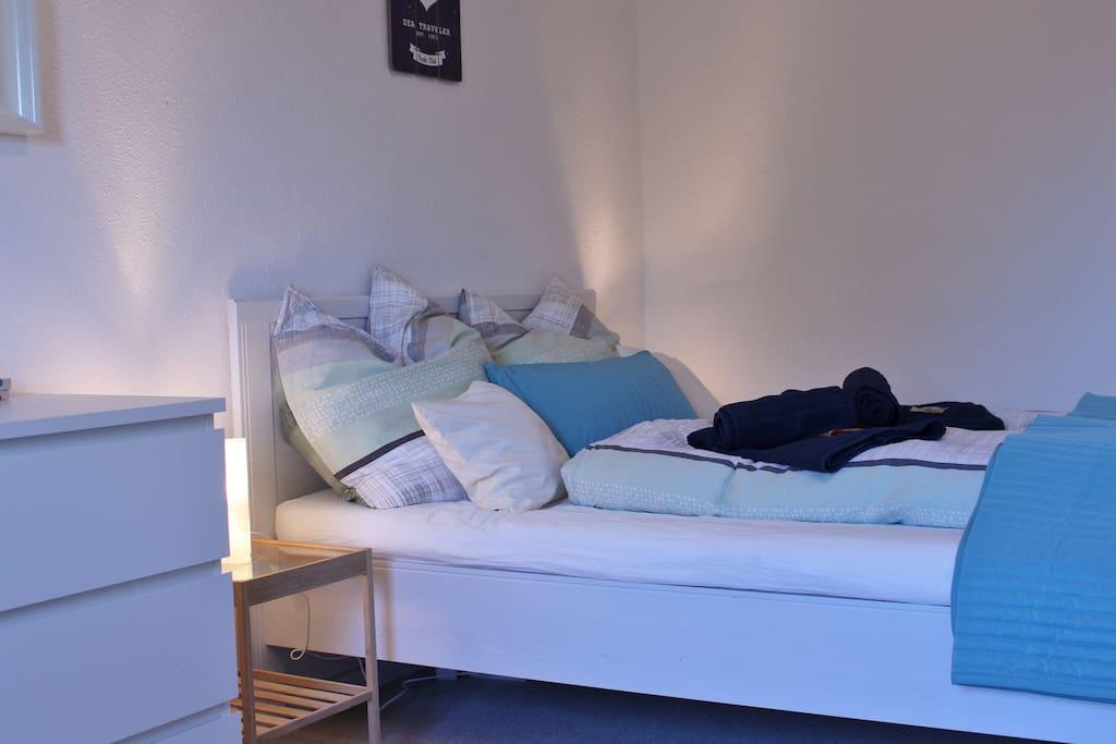Schlafzimmer mit gemütlichem 140x200 cm Bett