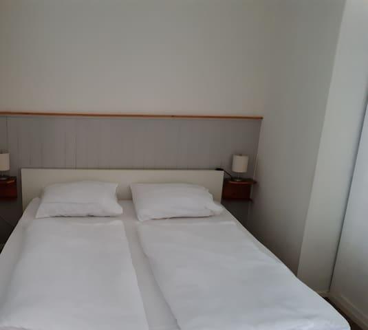 Op de begane grond bevindt zich een slaapkamer met een 2 persoons bed