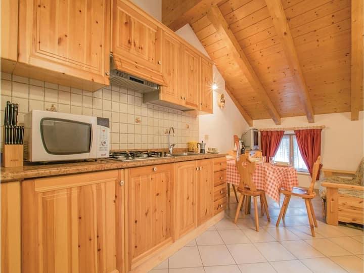 Ampio appartamento nuovo arredato in legno