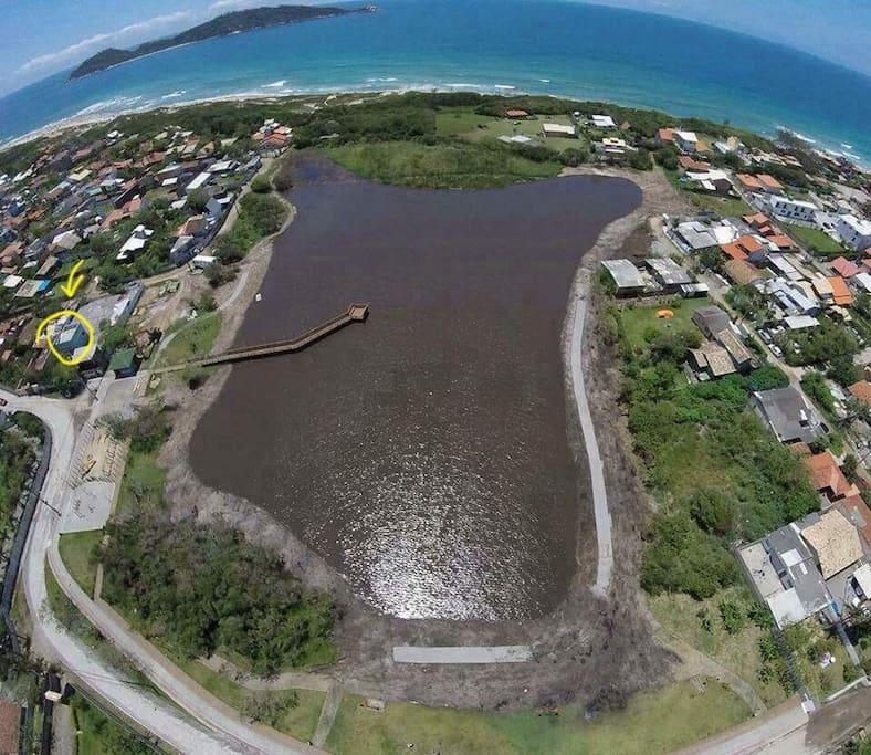Casa localizada de frente a Lagoa da Chica e a menos de 5 minutos da praia. Veja na foto o local selecionado em amarelo.