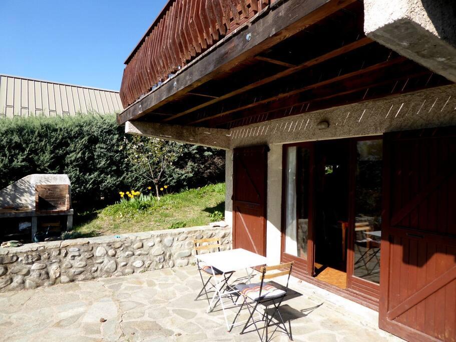 La terrasse et l'entrée de l'appartement.