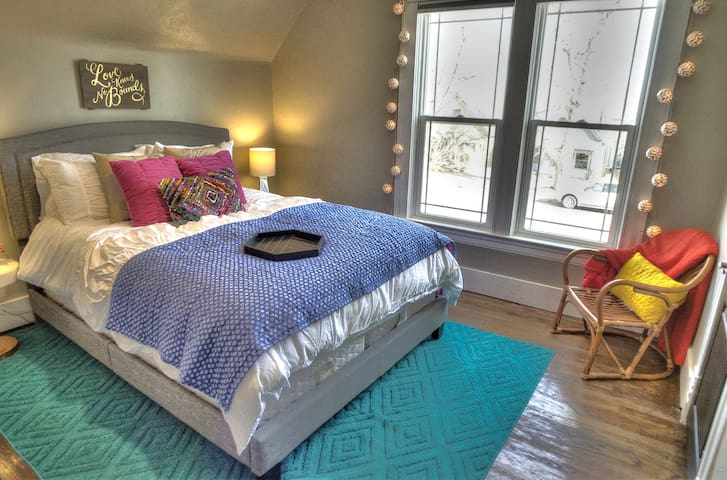 Comfy Queen size bed with luxury linens! - Enjoy the natural light of the big window - or use our black out shades and sleep in!!