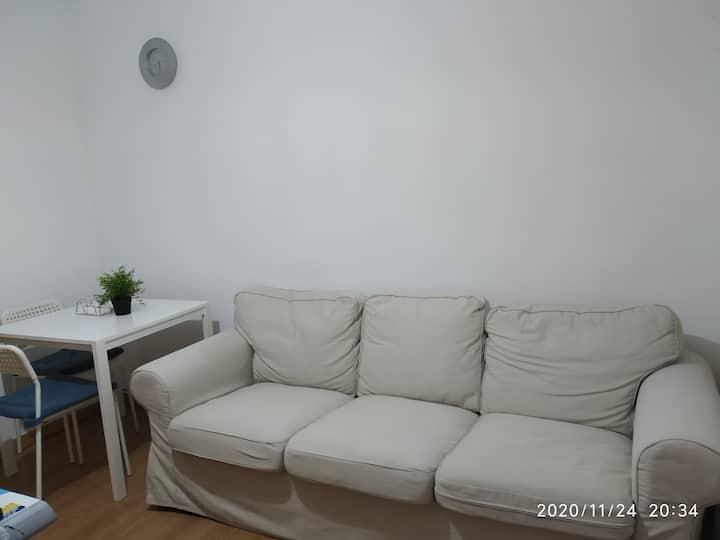 Es un piso nuevo en excelente Estado muy cómodo