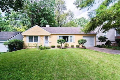 Cozy and quiet home- Minutes from Plaza!