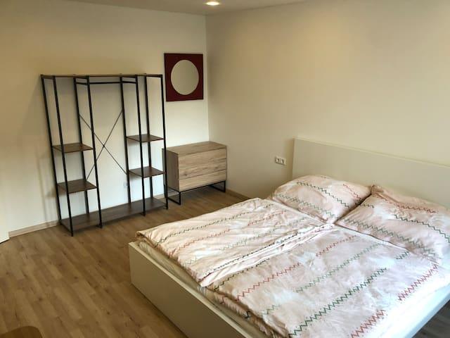 1 Schlafzimmer 180x200 Bett