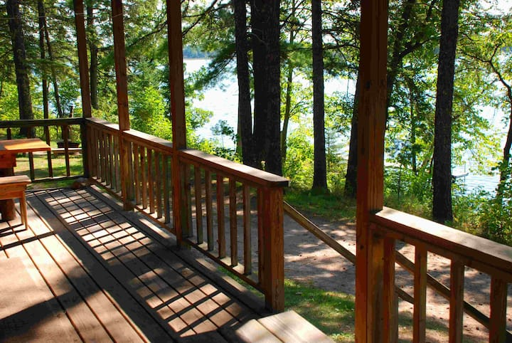 Last minute cabin at a lake. Kayaks. Beach. $129