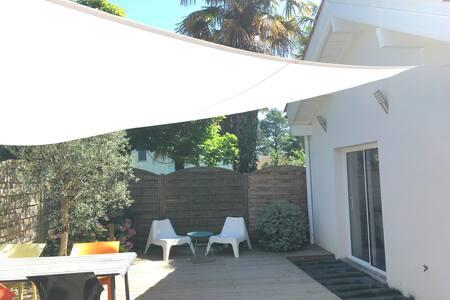 studio dans jardin privatif