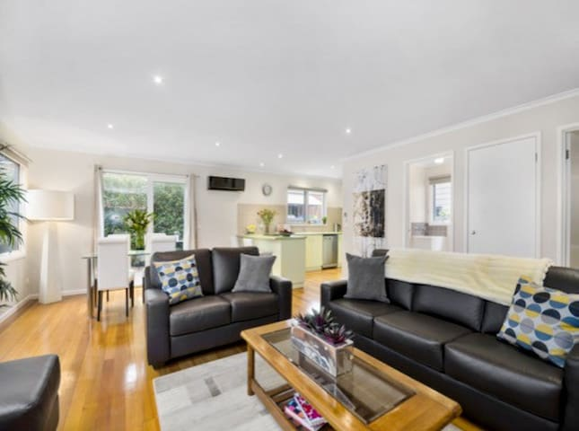 Modern Central 2 Bedroom Townhouse - Ocean Grove - Huoneisto