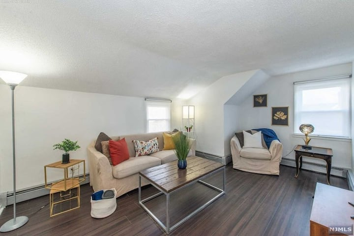 Cozy & quiet 2 Bedroom Apartment  Minutes from NYC