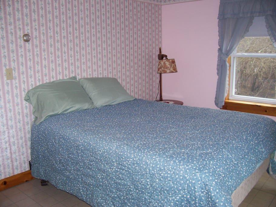 NW Bedroom w/queen bed