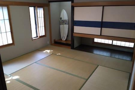 海徒歩2分の一軒家の中の個室。エアコン付き和室で夏でも冬でも快適。 - Ichinomiya - Huis