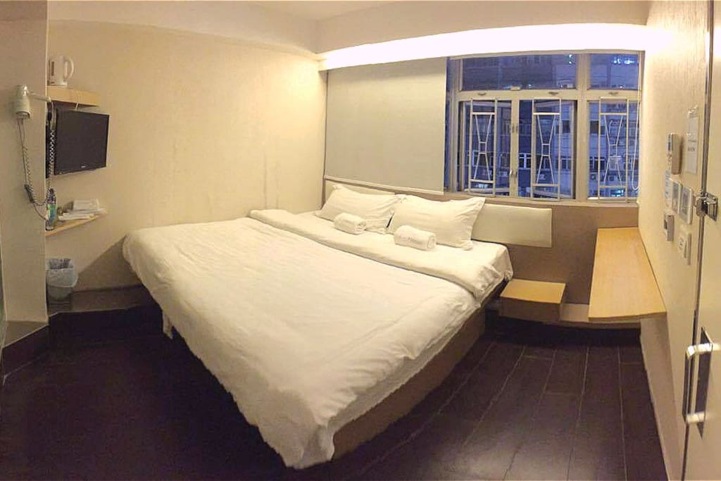 特大床豪華房,受到家庭及情侶的歡迎。 Queen size bed is rare in HK. It's suitable for family or couple.