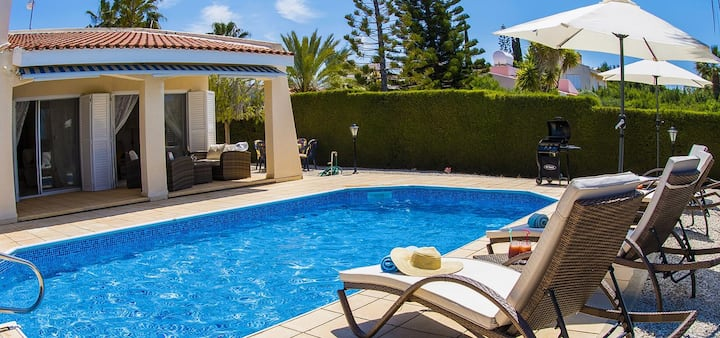 Villa Casa Bella 5 minutes walk from Coral Bay strip private swimming pool