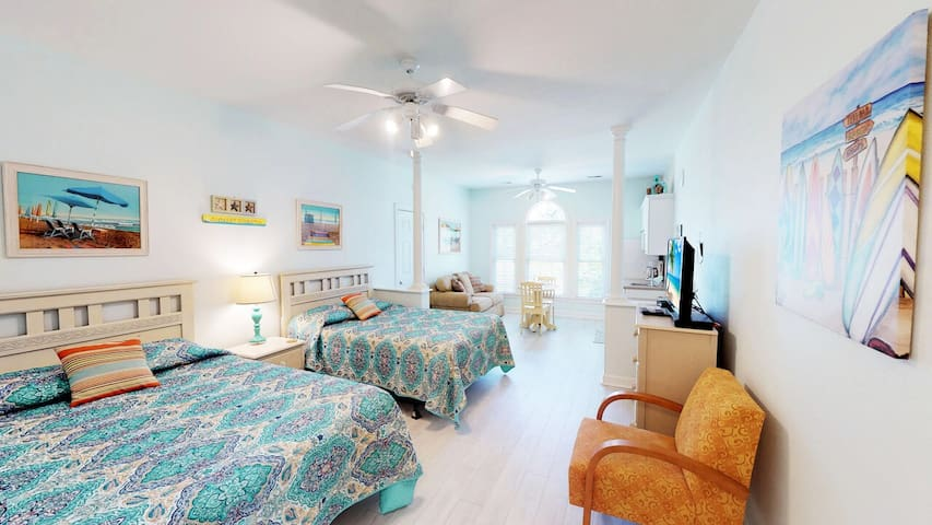 Relaxing Mini Suite- Beach is < 1.5 mi! WiFi Includes Amenities and Pool