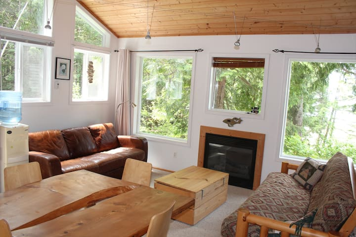 Ocean Front King Cabin-Hot Tub, Sleeps 2-4 Adults