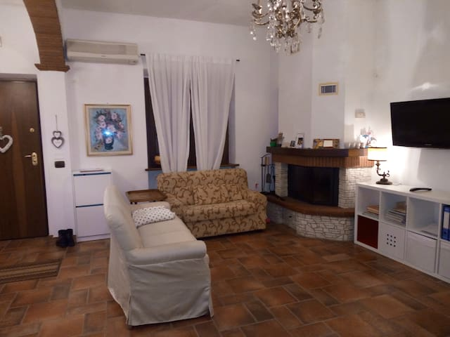 BIG BRIGHT ROOM BETWEEN HILLS AND SEA - Camaiore - Huoneisto