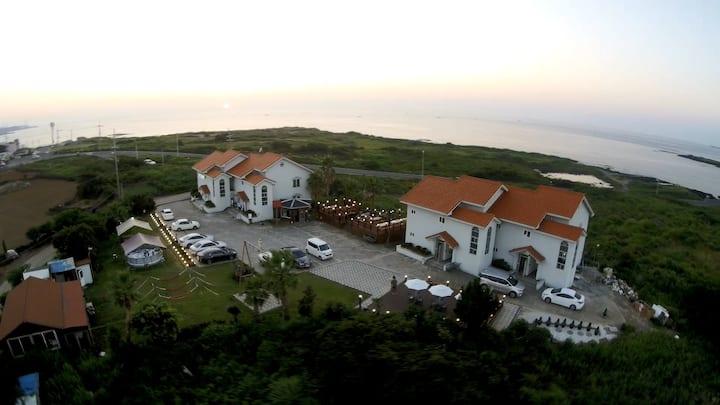 함덕해수욕장 해안도로 입구에 위치한 전 객실 환상적인 오션뷰 아침해변펜션(25평 가족룸).