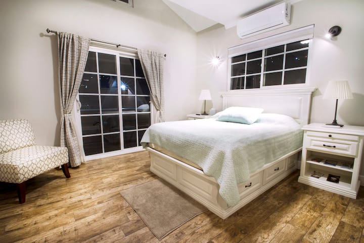 The Central Apartment (Luxury Modern Craftsman/AC)