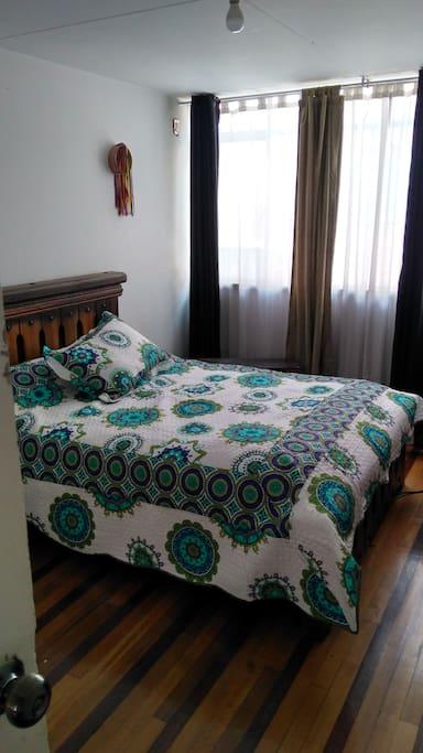 El una habitación grande, cama doble y opción para colgar hamaca.   Comparte el baño verde.
