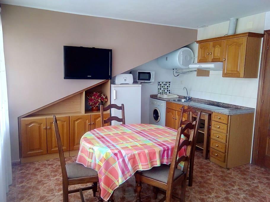 Cocina-salon orientada al sur con vistas al Naranjo de Bulnes