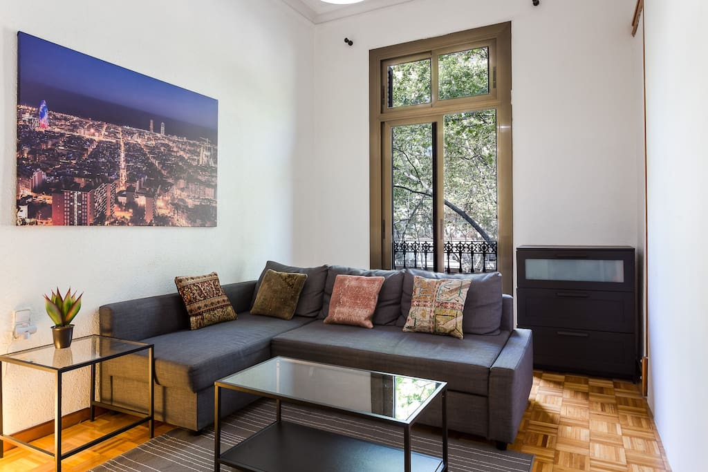 Large central barcelona apartment on the grand via for Central apartments barcelona