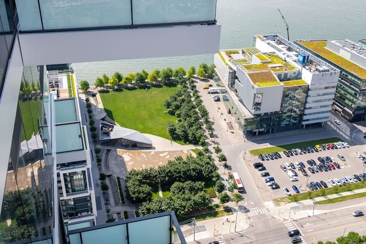 Waterfront Community Living-CN Tower & Lake View