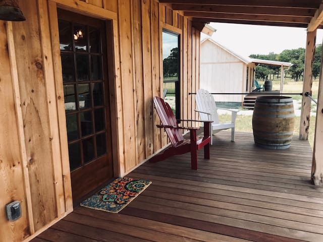 Minutes from wineries off 290 - New Cabin